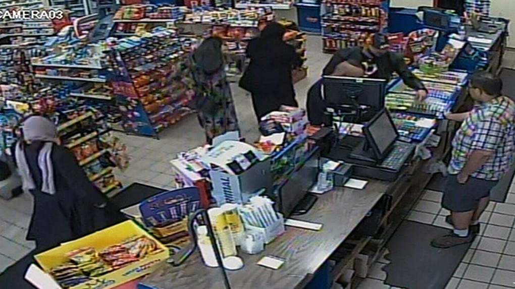 Distraction theft caught on camera | CTV News