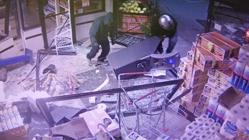 """Two suspects wanted in a """"smash-for-cash"""" in HIllsburgh. (Courtesy: OPP)"""