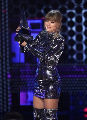 Taylor Swift accepts the award for artist of the year at the American Music Awards on Tuesday, Oct. 9, 2018, at the Microsoft Theater in Los Angeles. (Photo by Matt Sayles/Invision/AP)