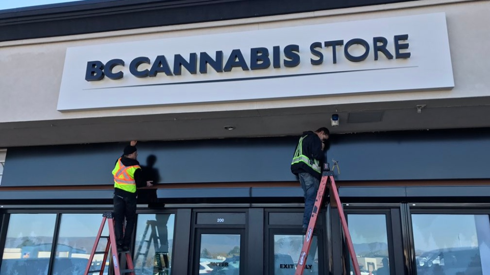 Workers put the finishing touches on the sign at the BC Cannabis Store in Kamloops, B.C. Oct. 16, 2018. (Twitter/@molkoreports)