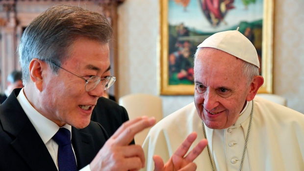 South Korean President Moon Jae-in, left, talks with Pope Francis during their private audience, at the Vatican, Thursday, Oct. 18, 2018. (Alessandro Di Meo/Pool Photo via AP)