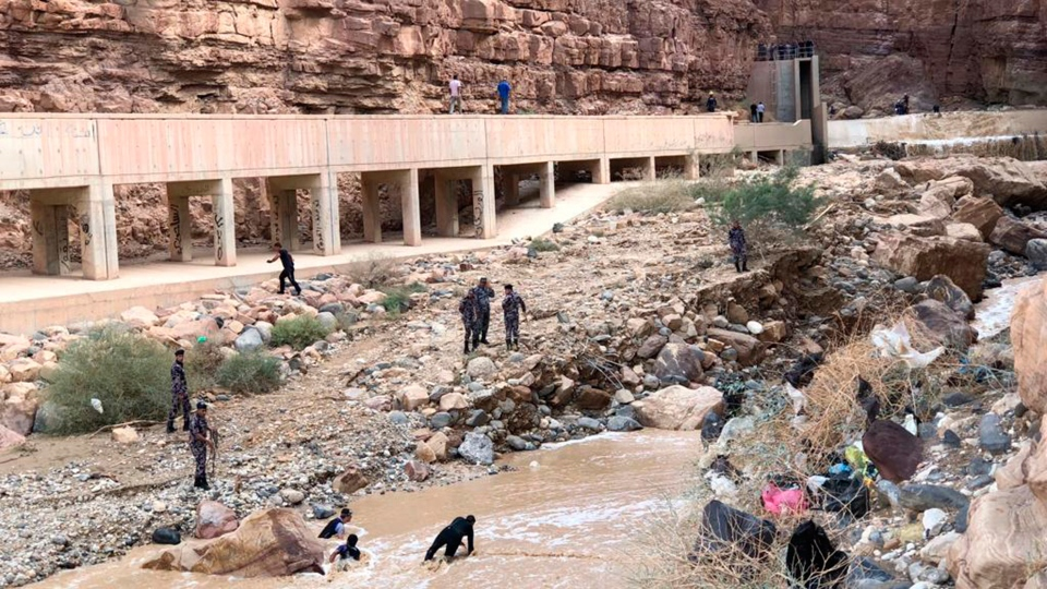 Jordanian rescuers search for survivors of flash floods at the Dead Sea area, Jordan, Friday, Oct. 26, 2018. (AP / Omar Akour)