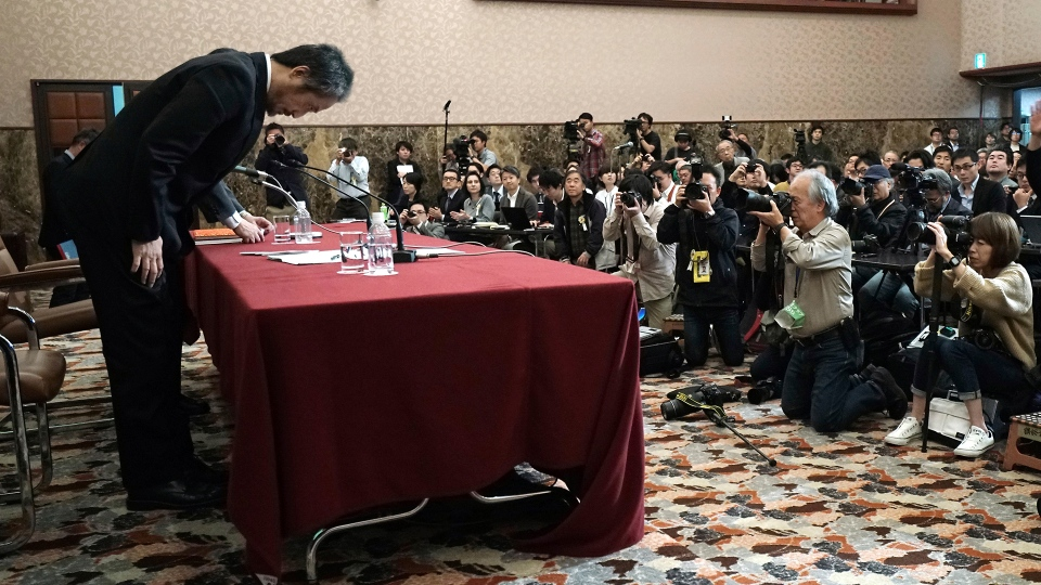 Japanese journalist Jumpei Yasuda, who was released in Syria last week after more than three years of captivity, bows at the end of his press conference in Tokyo, Friday, Nov. 2, 2018. (AP / Eugene Hoshiko)