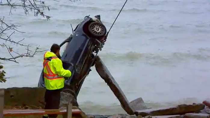 Crews pull a wrecked car from Lake Ontario in Oakville on Nov. 5, 2018.