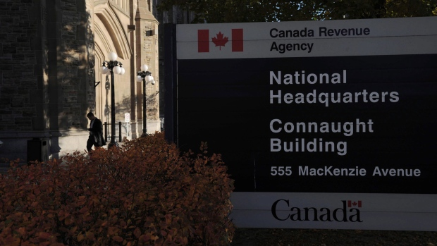 Canadians find thousands of dollars in unclaimed cheques on CRA website