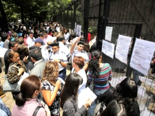 People line up outside the Canadian embassy for new visa information in Mexico City, Tuesday, July 14, 2009. (AP /Eduardo Verdugo)