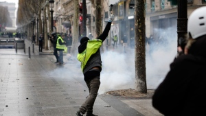 Scuffles between Paris protesters, police