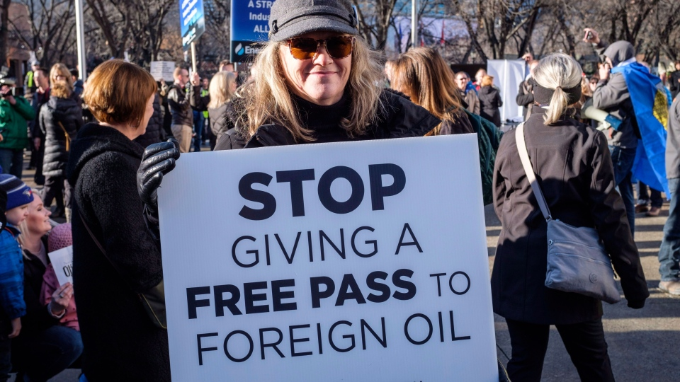 Oil and gas industry supporters gather at a pro-pipeline rally at city hall in Calgary, Alta., Monday, Dec. 17, 2018.THE CANADIAN PRESS/Jeff McIntosh