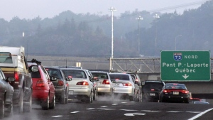 Motorists are stuck in a traffic jam trying to cross to the north shore on Pierre Laporte bridge on Sept. 29, 2004 in Quebec City. (THE CANADIAN PRESS / Jacques Boissinot)