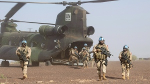 Canadian infantry and medical personnel disembark a Chinook helicopter as they take part in a medical evacuation demonstration on the United Nations base in Gao, Mali, Saturday, December 22, 2018. (THE CANADIAN PRESS/Adrian Wyld)