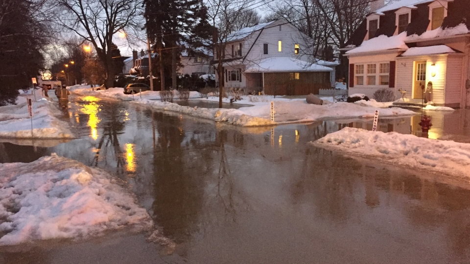 At least one street in Pointe-Claire was filled with flood water on the morning of Wed., Feb. 6, 2019. (Photo: CTV Montreal/JL Boulch)
