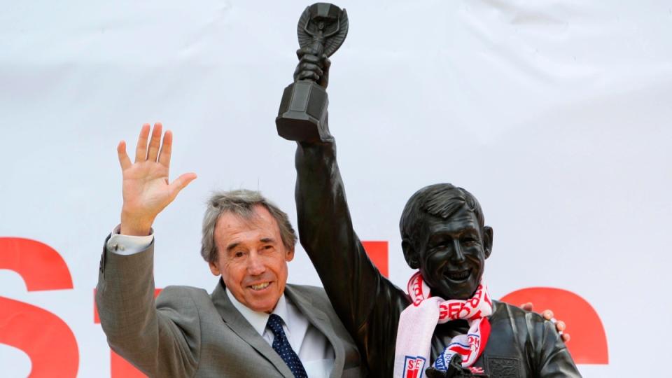Gordon Banks stands next to a Gordon Banks statue at the Britannia Stadium in Stoke, England, on July 12, 2008. (Dave Thompson / PA via AP)