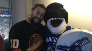 """Game of Thrones"" and ""Aquaman"" actor Jason Momoa poses with Canucks mascot Fin at Rogers Arena on Feb. 21, 2019. (Twitter/@CanucksFIN)"