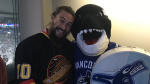 """""""Game of Thrones"""" and """"Aquaman"""" actor Jason Momoa poses with Canucks mascot Fin at Rogers Arena on Feb. 21, 2019. (Twitter/@CanucksFIN)"""