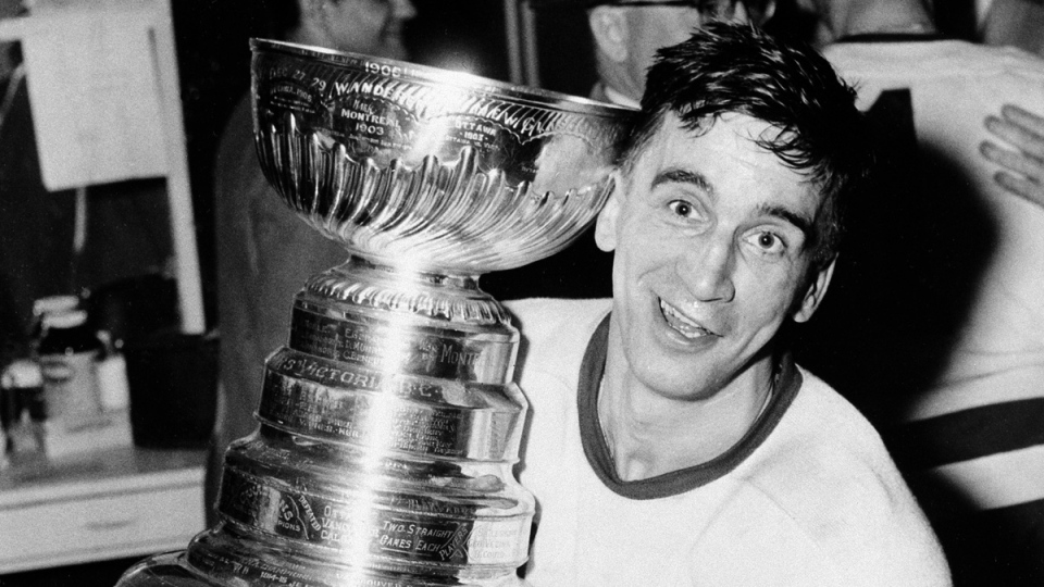 Detroit Red Wings captain Ted Lindsay hugs the Stanley Cup on April 16, 1954. (AP / File)