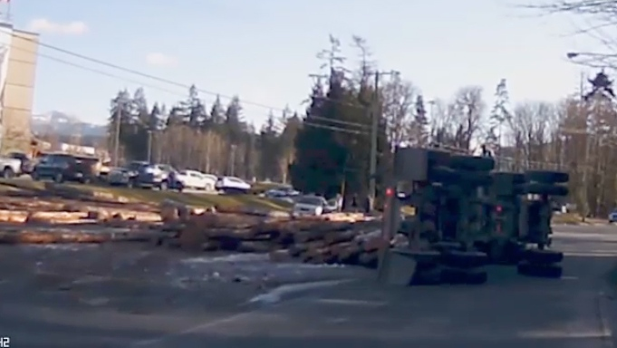 Dashcam video shows the moment a logging truck spills its load on Highway 4 in Port Alberni, narrowly missing vehicles. (Charlie Starratt)