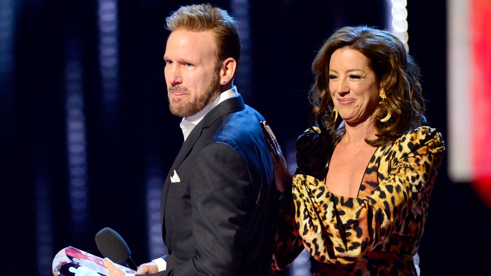 Sarah McLachlan congratulates Corey Hart on being inducted into the Canadian Music Hall of Fame at the Juno Awards in London, Ont., Sunday, March 17, 2019. (THE CANADIAN PRESS/Frank Gunn)
