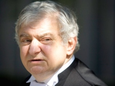 Edward Greenspan, Karlheinz Schreiber's lawyer, leaves a Toronto courthouse on Sunday, August 2, 2009. (Darren Calabrese / THE CANADIAN PRESS)