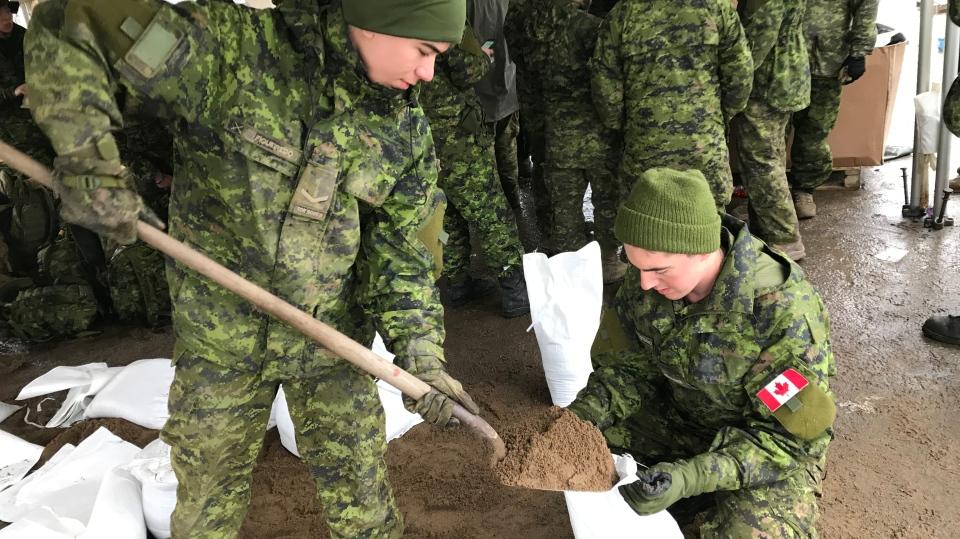Canadian Armed Forces troops volunteer their time sandbagging in Bracebridge on Wed., May 1, 2019 (CTV News/Aileen Doyle)