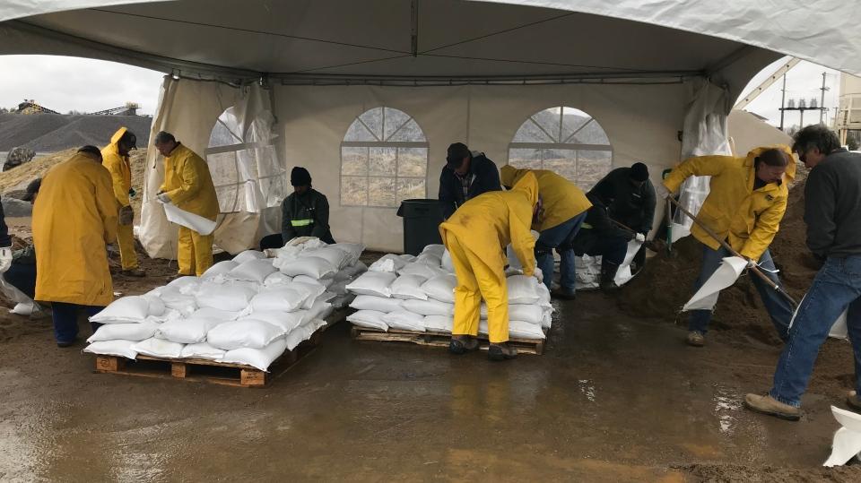 Low-risk offenders from Beaver Creek Institution help sandbag in Bracebridge on Wed., May 1, 2019 (CTV News/Aileen Doyle)