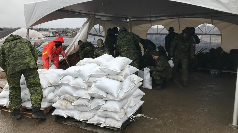 Members of the military help sandbag in Bracebridge on Wed., May 1, 2019 (CTV News/Aileen Doyle)