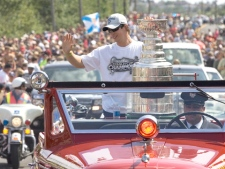 Pittsburgh Penguins captain Sidney Crosby displays the Stanley Cup during a parade in his hometown of Cole Harbour on Friday, August 7, 2009. (Andrew Vaughan / THE CANADIAN PRESS)