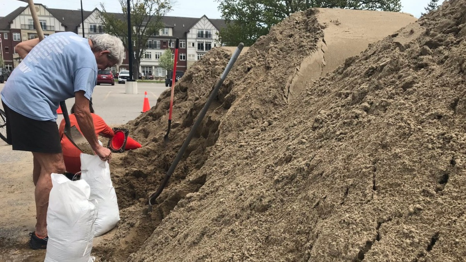 A Tecumseh family fills up bags with sand in Tecumseh, Ont., on Thursday, May 16, 2019. (Angelo Aversa / CTV Windsor)