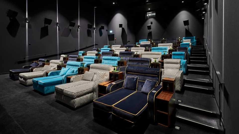 """The """"lounge cinema"""" gives guests the opportunity to stretch out on double sofas. (Pathe Suisse SA)"""