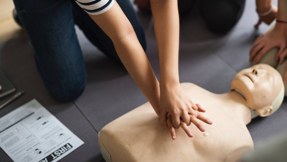 Someone practices chest compressions on a dummy. (Source: rawpixel.com/Pexels)
