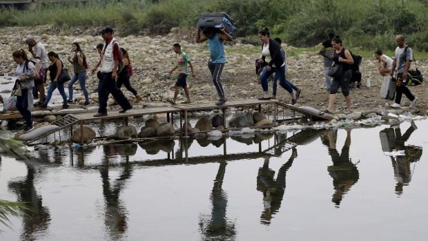 Venezuelans cross illegally into Colombia