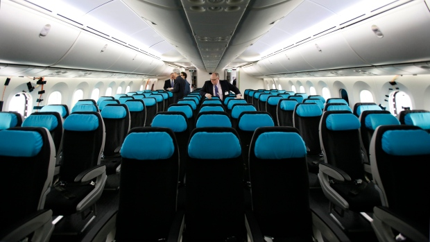 Tremendous Are Middle Seat Airplane Passengers Entitled To Both Alphanode Cool Chair Designs And Ideas Alphanodeonline
