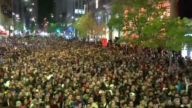 Montrealers turn downtown into 'Jurassic Peel' for Raptors game