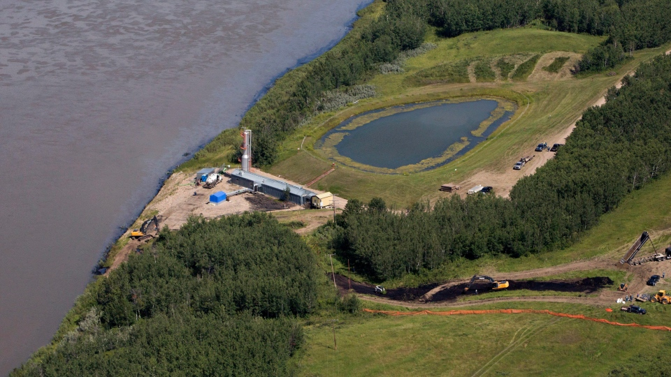 Crews work to clean up an oil spill on the North Saskatchewan River near Maidstone, Sask on Friday July 22, 2016. (THE CANADIAN PRESS / Jason Franson)