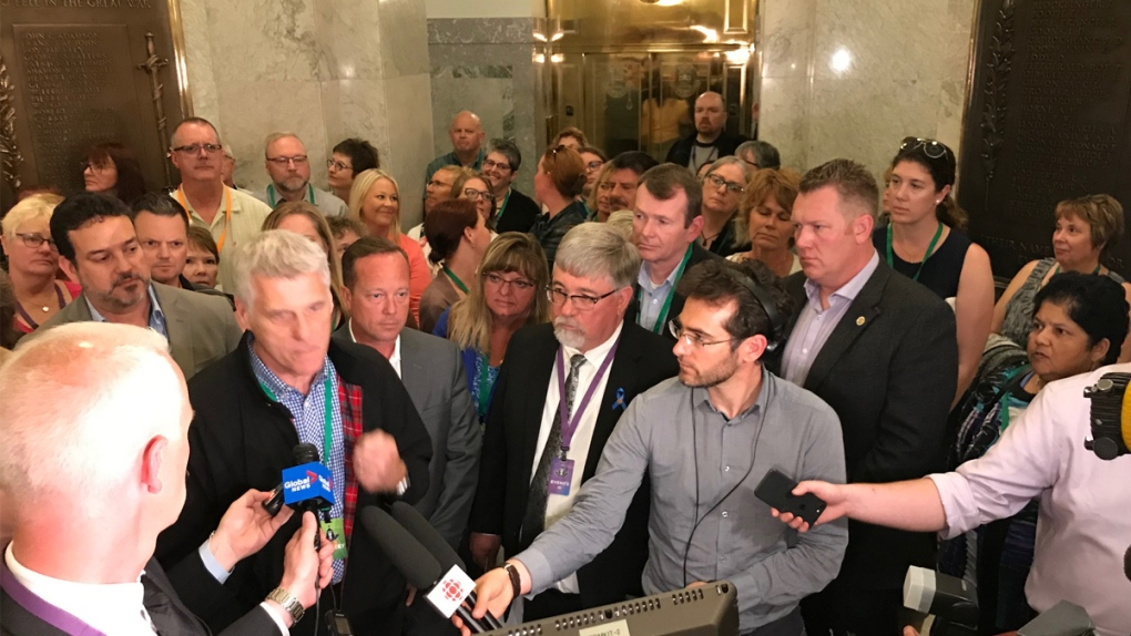 UCP tables bill to delay negotiations with public sector unions