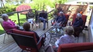 Residents at the Meneset on the Lake retirement community near Goderich, Ont. gather to chat. (Scott Miller / CTV London)