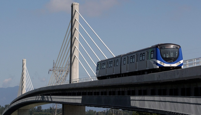 A Canada Line rapid transit train crosses over the Fraser River from Vancouver to Richmond, B.C., on Sunday August 16, 2009.(CP/Darryl Dyck)