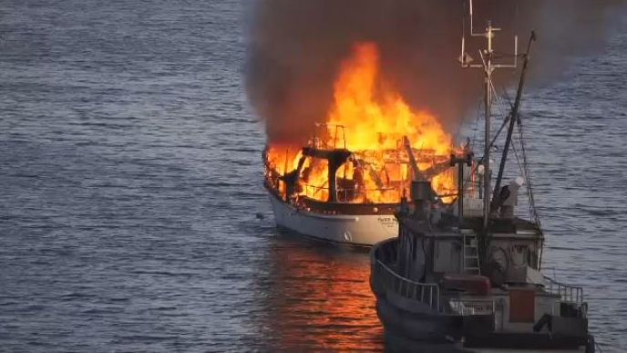 Crowd watches as sailboat burns, sinks off Salt Spring