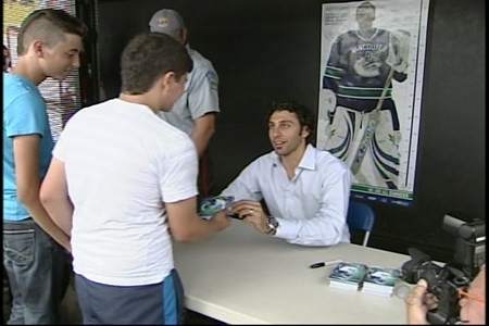 Vancouver Canuck Roberto Luongo meets hometown fans in St. Leonard (August 22, 2009)