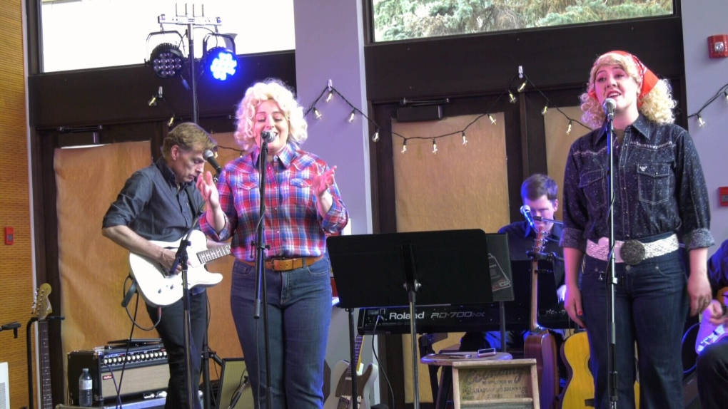 'We want to share the music and story': Fringe show about Dolly Parton packs in crowds