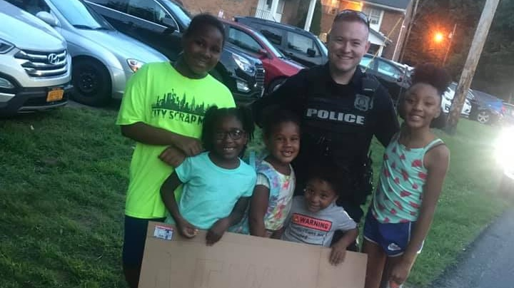 Police officers from the Town of Newburgh Police Department bought lemonade from a neighbourhood stand. (Whitney Glover / Facebook)