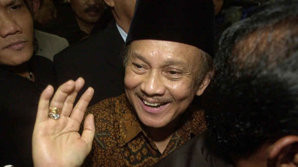 In this March 20, 2003, file photo, former Indonesian President B. J. Habibie waves to journalists as he arrives to testify in the trial of former military chief at a court in Jakarta. (AP Photo/Achmad Ibrahim, File)