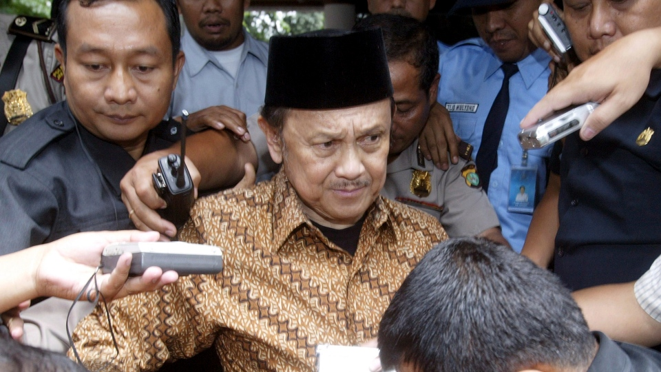 In this March 27, 2007, file photo, former Indonesian President B.J. Habibie, center, is surrounded by journalists after a hearing in Jakarta, Indonesia. (AP Photo/Achmad Ibrahim, File)