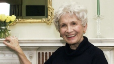 Canadian author Alice Munro poses for a photograph at the Canadian Consulate's residence in New York Oct. 28, 2002. (Paul Hawthorne / THE CANADIAN PRESS)