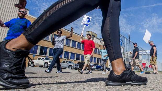 General Motors employees circle at a Flint Assembly Plant entrance, on Sept. 19, 2019. (Jake May / The Flint Journal via AP)