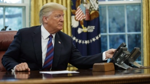 U.S. President Donald Trump hangs up the phone in the Oval Office of the White House, on Aug. 27, 2018. (Evan Vucci / AP)