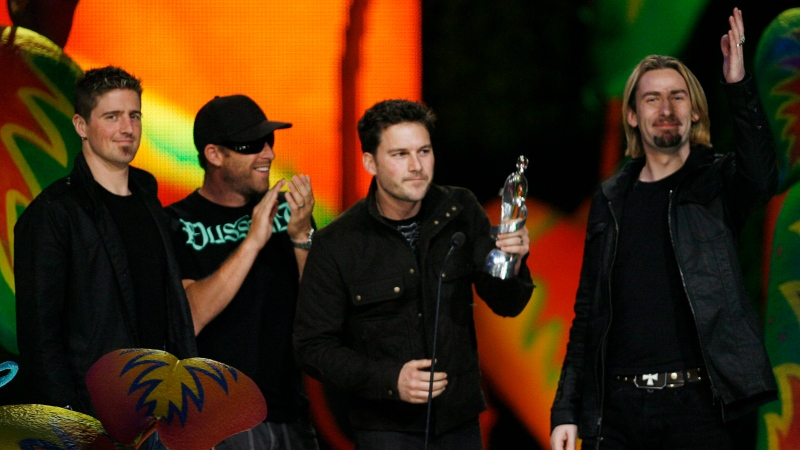 Nickelback celebrates the JUNO Fan Choice Award at the JUNO Awards in Vancouver, Sunday, March 29, 2009. (THE CANADIAN PRESS / Jeff McIntosh)