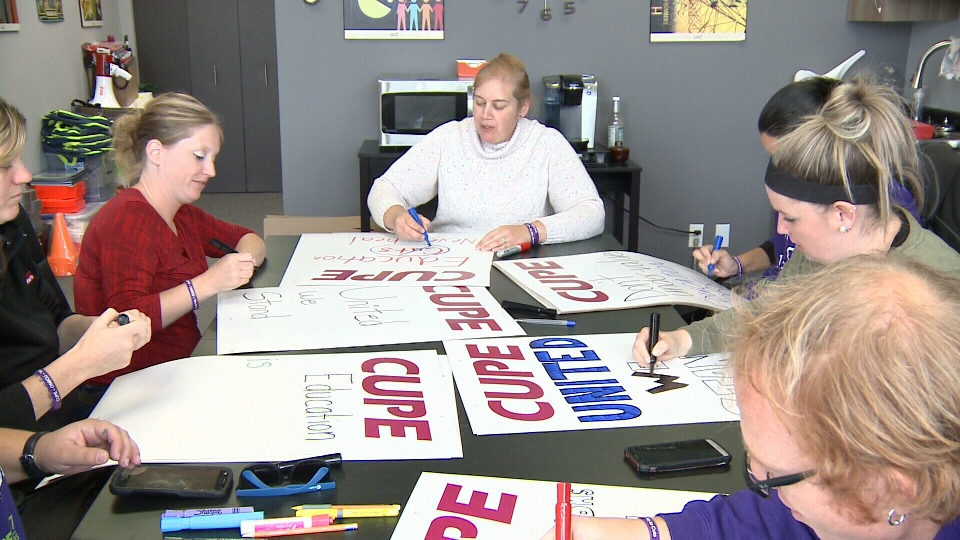 CUPE members in Ottawa prepare picket signs.