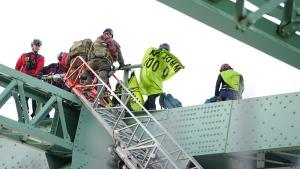 Activists scale the Jacques-Cartier Bridge Tuesday morning. (Photo: Gabriel Pelland)