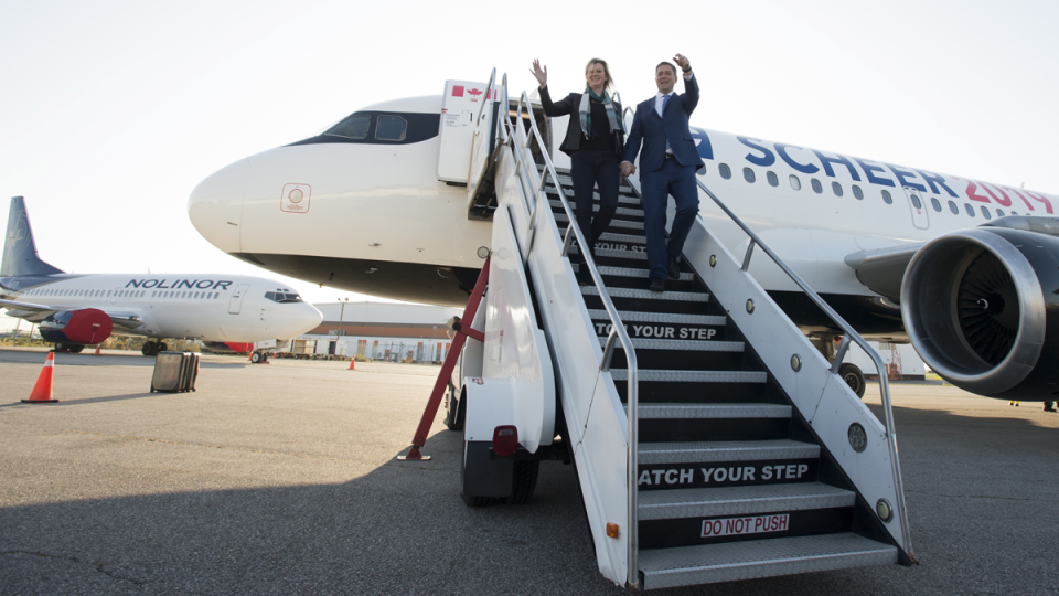 Conservative leader Andrew Scheer and his wife Jill get off their campaign plane as they arrive in Toronto, Tuesday, October 8, 2019.  (Jonathan Hayward / THE CANADIAN PRESS)