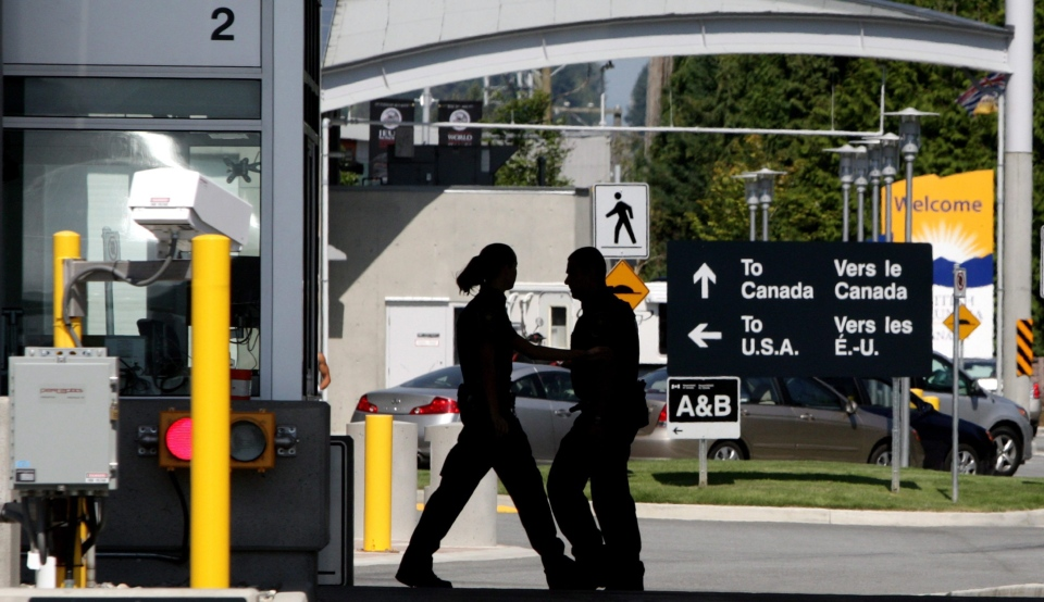 Border guards are seen at the Douglas border crossing in Surrey, B.C. on Thursday, Aug. 20, 2009. (THE CANADIAN PRESS/Darryl Dyck)